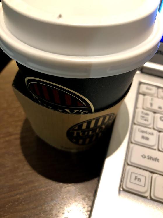 タリーズコーヒーのホットコーヒーとノートパソコン